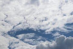 Chiaro cielo blu con il cumulo ed i cirri tempo soleggiato Umore allegro Ad alta pressione Ecologia dell'aria pulita Acqua in una Fotografia Stock Libera da Diritti