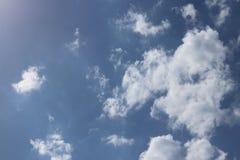 Chiaro cielo blu con il cumulo ed i cirri tempo soleggiato Umore allegro Ad alta pressione Ecologia dell'aria pulita Acqua in una Immagine Stock