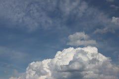 Chiaro cielo blu con il cumulo ed i cirri tempo soleggiato Umore allegro Ad alta pressione Ecologia dell'aria pulita Acqua in una Immagini Stock Libere da Diritti