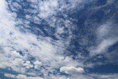 Chiaro cielo blu con il cumulo ed i cirri tempo soleggiato Umore allegro Ad alta pressione Ecologia dell'aria pulita Acqua in una Immagine Stock Libera da Diritti