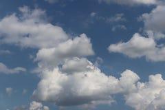 Chiaro cielo blu con il cumulo ed i cirri tempo soleggiato Umore allegro Ad alta pressione Ecologia dell'aria pulita Acqua in una Fotografie Stock Libere da Diritti