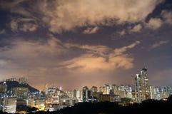 Chiaro cielo notturno sopra l'orizzonte della città Fotografia Stock Libera da Diritti