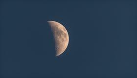 Chiaro di luna nel cielo oscuro di sera La mezza luna splende nell'uguagliare il cielo blu profondo Fotografie Stock