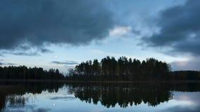 Chiaro di luna nel lago stock footage