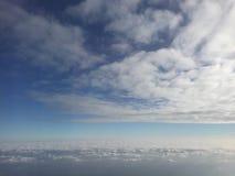 Chiaro e cielo blu fantastico con le nuvole, fuori della finestra piana quando si dirigono nel Giappone immagine stock libera da diritti