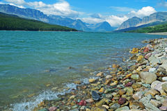 Chiaro lago blu in Glacier National Park Fotografia Stock