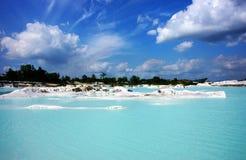 Chiaro lago blu kaolin, isola del Belitung in aria Raya Village Fotografie Stock