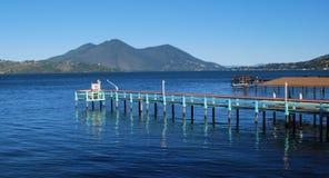 Chiaro lago boardwalk immagine stock libera da diritti