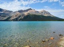 Chiaro lago di mountion con molto spazio libero per testo fotografia stock libera da diritti
