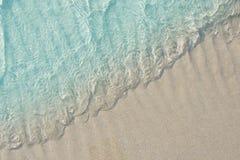 Chiaro mare blu della spiaggia Fotografia Stock