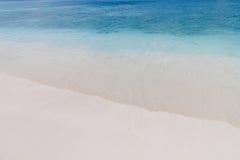 Chiaro mare con l'onda calma sulla spiaggia Immagine Stock