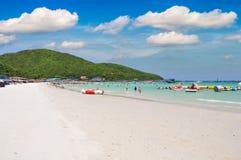 Chiaro mare e spiaggia tropicale sabbiosa bianca sull'isola, alla città Chonburi Tailandia di Pattaya dell'isola di lan del KOH d Fotografia Stock Libera da Diritti