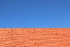 Chiaro muro di mattoni del cielo blu Immagine Stock