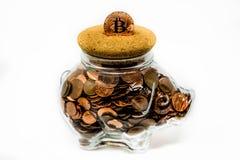 Chiaro porcellino salvadanaio isolato in pieno delle monete 1p e 2p del Regno Unito Immagine Stock Libera da Diritti