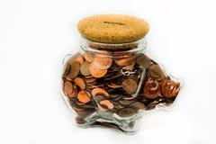 Chiaro porcellino salvadanaio isolato in pieno delle monete 1p e 2p del Regno Unito Immagini Stock