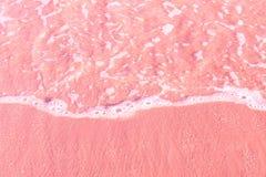 Chiaro rotolamento spumoso dell'onda del mare per dentellare la spiaggia della riva della sabbia Vista aerea da sopra Bello paesa fotografie stock libere da diritti