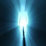 Chiarore ambulante dell'indicatore luminoso dell'ombra di posa dell'uomo Fotografia Stock Libera da Diritti