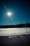 Chiarore di lustro di Sun e del sole e la foresta nel concetto scuro fotografia stock libera da diritti
