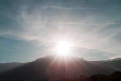 Chiarore di Sun sul picco della montagna fotografia stock libera da diritti