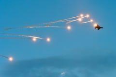 Chiarori di razzi di lancio dell'aereo MIG 21 militari ad un Airshow Fotografia Stock