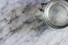 Chiaroscuro con la bottiglia di vetro fotografia stock libera da diritti