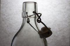 Chiaroscuro con la bottiglia di vetro immagine stock