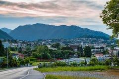 Chiasso, кантон Тичино, Швейцария Взгляд городка итальянки Швейцарии в районе Mendrisio, в раннем утре Стоковые Изображения RF