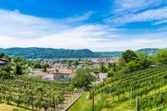 Chiasso, Ticino-kanton, Zwitserland Mening van de stad van Italiaans Zwitserland, van hierboven, op een mooie zonnige dag Stock Foto's