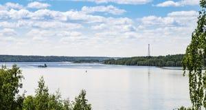 Chiatta che galleggia sul fiume Estate Fotografia Stock