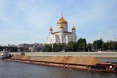 Chiatta con la sabbia sul fiume di Mosca Fotografie Stock Libere da Diritti