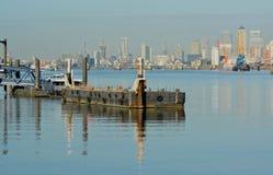 Chiatta del fiume con Canary Wharf nel fondo Fotografie Stock