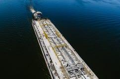 Chiatta dell'autocisterna del prodotto petrolifero sul fiume Dnieper immagine stock