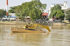 Chiatta della costruzione su Ping River Fotografia Stock Libera da Diritti