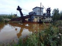 Chiatta di estrazione dell'oro sul fiume di Tenana fotografie stock libere da diritti