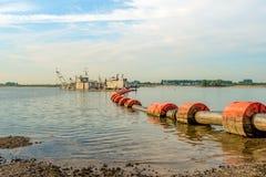 Chiatta di galleggiamento di aspirazione nel fiume Fotografia Stock Libera da Diritti