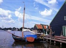 Chiatta di navigazione, Zaanse Schans, Olanda. Fotografie Stock Libere da Diritti