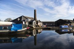 Chiatte e costruzioni del canale alla giunzione di Norbury nello Shropshire, Regno Unito fotografia stock