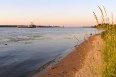 Chiatte e draghe sul fiume Volga di estate, sponda del fiume sabbiosa, regione di Yaroslavl immagini stock