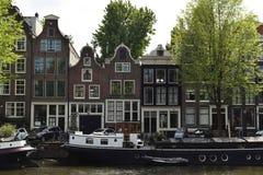 Chiatte su un canale e sulle case tipiche fotografia stock