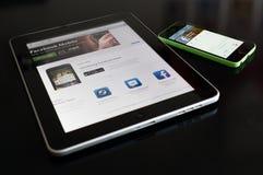 Chiave con lo smartphone e le cuffie Immagine Stock