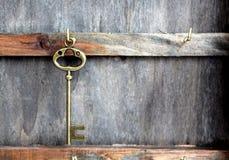 Chiave d'annata su fondo di legno Fotografia Stock Libera da Diritti