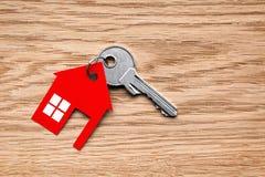 Chiave d'argento con la figura rossa della casa immagine stock libera da diritti