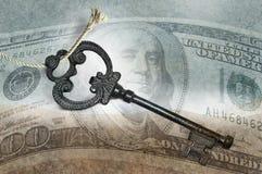 Chiave del metallo su valuta Fotografie Stock Libere da Diritti