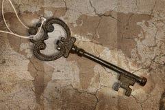 Chiave del metallo sulla mappa Fotografia Stock
