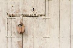 Chiave del vecchio maestro con la porta d'acciaio Fotografie Stock Libere da Diritti