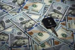 Chiave dell'allarme sui precedenti delle banconote in dollari Immagine Stock