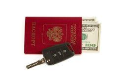 Chiave dell'automobile da viaggiare. Passaporto e soldi. Fotografia Stock