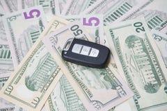 Chiave dell'automobile su un fondo dei dollari Immagini Stock Libere da Diritti