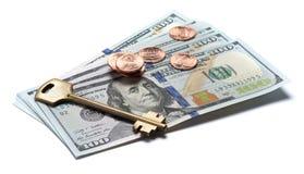 Chiave della Camera sopra le cento banconote del dollaro Immagine Stock