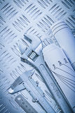 Chiave della scimmia del calibro a corsoio dei disegni di ingegneria su ondulato Fotografie Stock